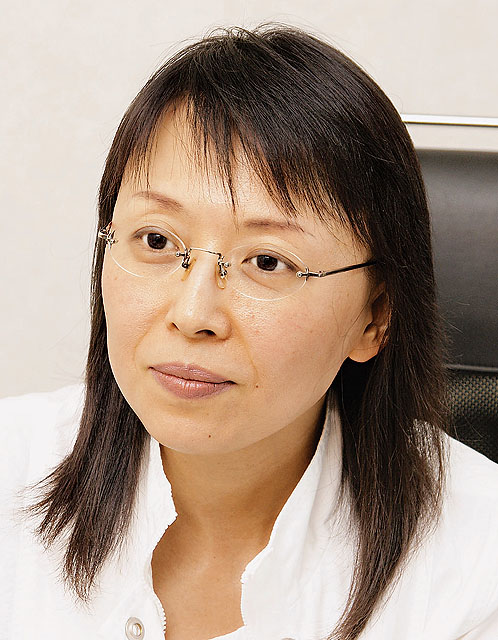Chinese_woman_with_glasses_and_white_shirt